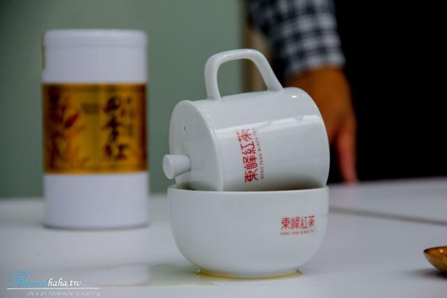 扣杯示範-南投日月潭-景點-亮點茶莊-東峰紅茶-評茶師體驗